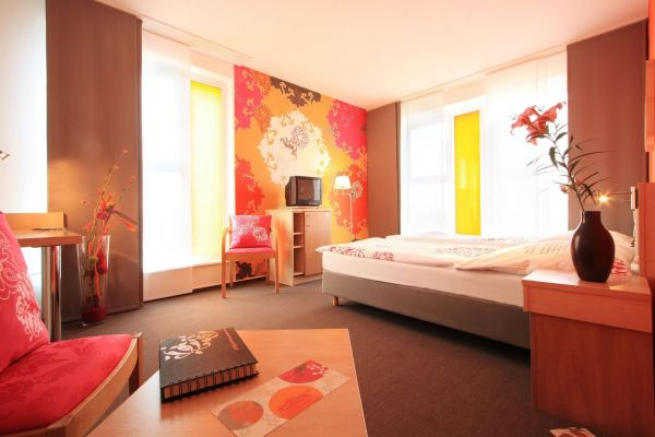 fotos junges hotel hamburg designzimmer junges. Black Bedroom Furniture Sets. Home Design Ideas