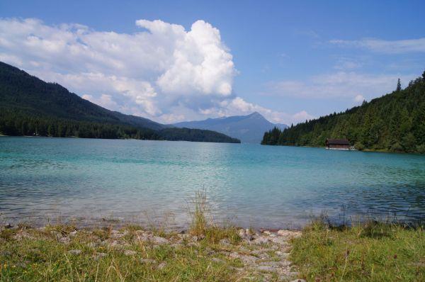 Der Walchensee mit seiner prächtigen türkis-grünen Färbung