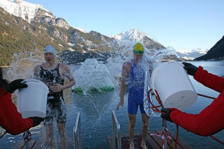 Das eisige Schwimmvergnügen hat am Achensee Tradition:
