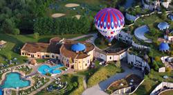 m Heißluftballon über dem Gesamtkunstwerk Rogner Bad Blumau