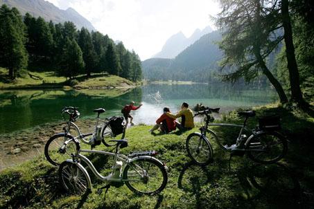 Mit E-Bikes durch die Alpen radeln