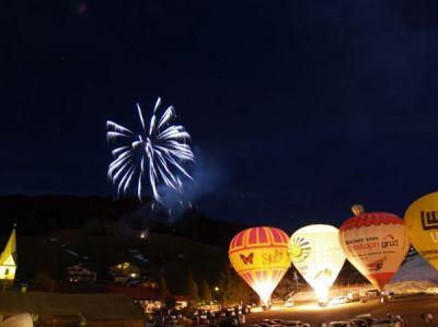 Bunte Ballons am Himmel