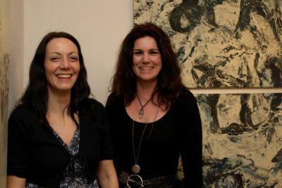 Bei der Vernissage führten die Künstlerinnen durch die Galerie