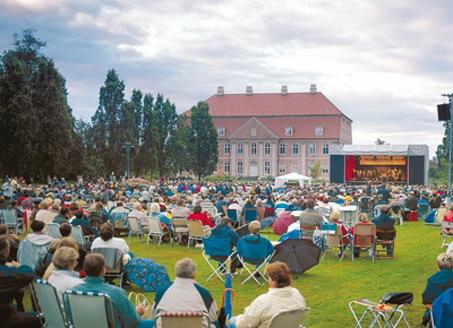Touristen tragen wesentlich zur kulturellen Vielfalt im Sommer bei