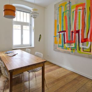 Kunst im Urlaub: Neue Ausstellung im Burghof Apartment