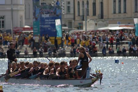 150 Teams beim Drachenbootfestival in Schwerin am Pfaffenteich